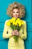 Bezaubernde curvy blonde Frau Stockbilder