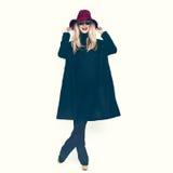 Bezaubernde Dame in einem schwarzen Mantel und in einem Hut lizenzfreies stockfoto