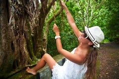 Bezaubernde Dame in einem Spitzekleid in einem tropischen Wald Stockfotos