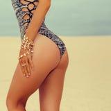 Bezaubernde Dame in modernem Badeanzug und in stilvollem Zubehör a Stockfotografie