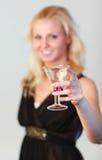 Bezaubernde Frau, die ein Cocktail anhält Stockfotos