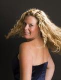 Bezaubernde Frau, die im Cocktailkleid aufwirft Lizenzfreie Stockfotos