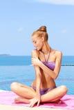 Bezaubernde Frau im Bikini Stockfotos