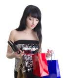 Bezaubernde Frau mit Einkaufenbeuteln und -mappe Stockfoto