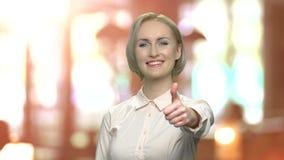 Bezaubernde Geschäftsfrau, die Daumen aufgibt stock video footage