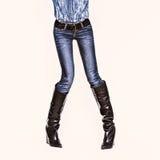 Bezaubernde Jeansart Modedame auf weißem Hintergrund stockfotografie
