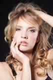 Bezaubernde junge blonde Frau über Schwarzem Lizenzfreies Stockbild
