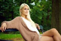 Bezaubernde junge Dame, die in der Natur sich entspannt Stockfotografie