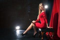 Bezaubernde junge Frau mit der Zigarette, die an sitzt Lizenzfreies Stockfoto