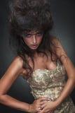 Bezaubernde Mode, die mit beiden Händen auf ihrer Hüfte aufwirft Stockfoto