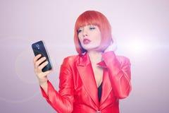 Bezaubernde Rothaarigefrau, die selfie am intelligenten Telefon macht lizenzfreie stockbilder