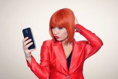 Bezaubernde Rothaarigefrau, die selfie am intelligenten Telefon macht lizenzfreies stockfoto