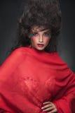Bezaubernde Schönheitsfrau, die auf dunklem Studiohintergrund aufwirft Lizenzfreies Stockfoto