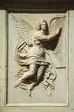 Bezaubernder Engel geschnitzt im weißen Marmor in Salamanca stockbilder