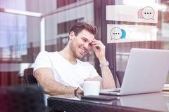 Bezaubernder junger erwachsener Mann, der an Laptop auf Morgen-Zeit im Freien arbeitet lizenzfreies stockfoto