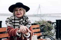 Bezaubernder Pensionär, der draußen ihre Freizeit verbringt stockfotografie
