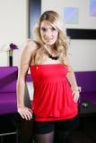Bezauberndes blondes in einer sexy Ausstattung an einem Nachtklub lizenzfreies stockfoto