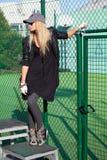 Bezauberndes blondes Mädchen auf dem Spielplatz Lizenzfreie Stockbilder