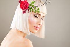 Bezauberndes blondes vorbildliches Woman mit Make-up, Bob Hairstyle Lizenzfreies Stockbild