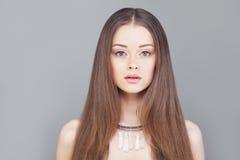 Bezauberndes Frauen-Mode-Modell mit dem langen Haar Stockfoto