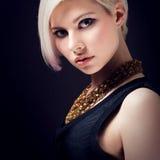 Bezauberndes junges Modell im Profil Lizenzfreies Stockfoto