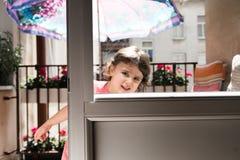 Bezauberndes kleines lächelndes Mädchen und Spielen lizenzfreie stockfotos