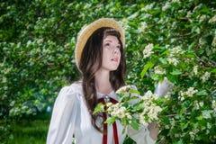 Bezauberndes Mädchen des Porträts im weißen Kleid nahe Blumenweißdorn lizenzfreie stockfotos