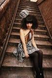 Bezauberndes Mädchen auf einem Treppenhaus Lizenzfreie Stockfotografie