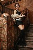 Bezauberndes Mädchen auf einem Treppenhaus Stockfotografie