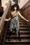Bezauberndes Mädchen auf einem Treppenhaus Lizenzfreie Stockfotos