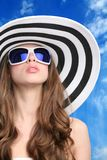 Bezauberndes Mädchen im Hut und in den Sonnenbrillen Lizenzfreies Stockfoto