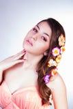 Bezauberndes Mädchen mit Blumen Stockfoto