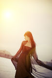 Bezauberndes Mädchen am Sonnenaufgang Stockbilder