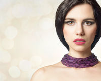 Bezauberndes Porträt eines schönen weiblichen Modells mit neuem Make-up Lizenzfreies Stockbild