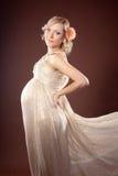 Bezauberndes Portrait einer schwangeren Blondine Stockfotografie
