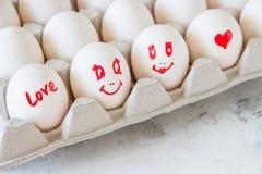 Bezauberte Eier in einem Kasten Eier mit gemalten Gesichtern Lizenzfreies Stockfoto