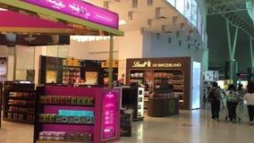 bezcłowi sklepy przy Wyjściowym Terminal KLIA lotnisko w Kuala Lumpur, Malezja zdjęcie wideo