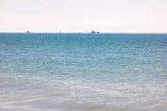 Bezchmurny niebo i morze zdjęcia stock