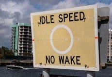 Bezczynnie prędkość Żadny kilwateru znak blisko nawadnia Obraz Royalty Free