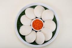 Bezczynnie słuzyć z czerwonym kokosowym chutney zdjęcia stock