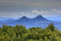 Bezdez小山,在Kokorinsko山,捷克 与云彩的小山 美好的横向早晨 在小山下的村庄 landsc 库存照片