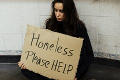 Bezdomna Głodna kobieta Pyta dla pomocy zdjęcia stock