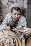 Bezdomna kobieta dostaje jedzenie obrazy royalty free