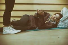Bezdomna młoda nastoletnia dostawanie pomoc nieznajomym obrazy stock