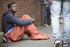 Bezdomnego nastoletniego chłopaka Sypialna torba Na ulicie Zdjęcia Stock