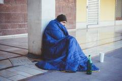 Bezdomnego whit brudne ręki pije samotnie Zdjęcie Royalty Free
