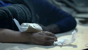 Bezdomnej osoby dosypianie na brudnej ulicie, próbuje zakrywać od silnego wiatru, zimno zbiory wideo