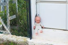 Bezdomni dzieci, sieroty i lale, wykorzystywanie dziecka - Łamać i makabryczne zdjęcia stock