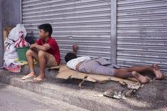 Bezdomni filipińscy ludzie śpi przy ulicą fotografia royalty free