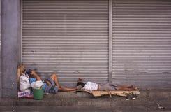 Bezdomni filipińscy ludzie śpi przy ulicą zdjęcia stock